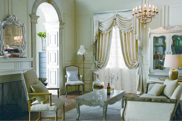 如果家里有朝向东或西的窗户,那么遮阳就是窗帘的最重要用途。遮阳的窗帘既能遮挡强光,还要保持室内的亮度,这也是为环保节能考虑。紧邻城市主干道的房子,晚上路灯、广告牌的光也很强,为了拥有安稳的睡眠,需要厚一些的窗帘遮挡。 第二步:决定款式 平开帘还是罗马帘,是否要加装饰帘头,窗帘的款式设计与窗形、开启频率、房间风格关系紧密。 普通的窗户一般会使用对开帘款式,搭配窗帘杆或滑轨。而窄窗(宽度小于1.