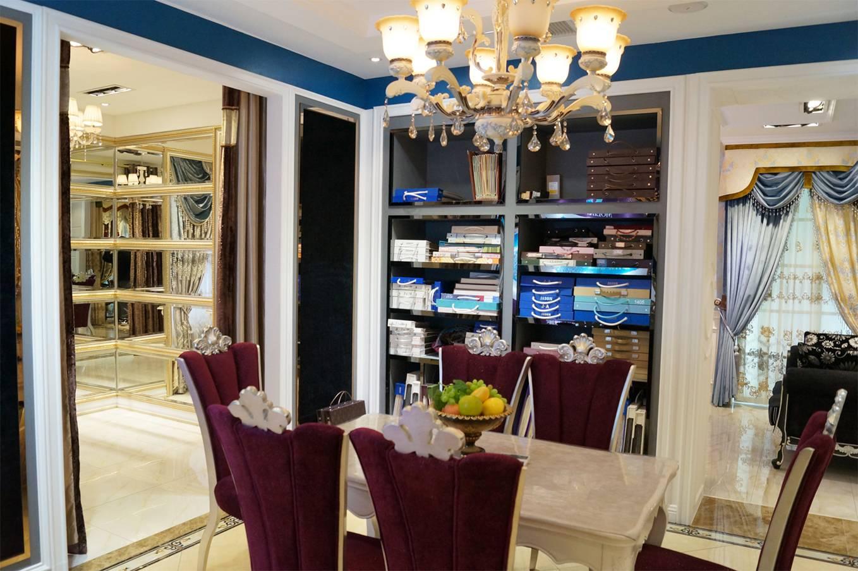 """位于上海闵行九星市场的金凤凰窗帘布艺馆是一家专业软装设计机构,体验馆近700平方米。有着近20年的窗帘工程经验,千余种窗帘、窗饰产品,其下代理的品牌摩力克创立于1982年,是中国最早的布艺窗帘企业。经过三十多年的长足发展,在全国已有 400多家专卖店,力争打造中国窗帘第一品牌。摩力克将""""时尚、经典、唯美""""完美融入到整体软装之中,形成了欧陆情韵、自然诗篇、简约风范、时尚元素、都市闲情五大风格产品,涵盖现代家居主要风格类型。 2014年12月1日,上海九星摩力克专卖店正式开业。金凤凰期"""