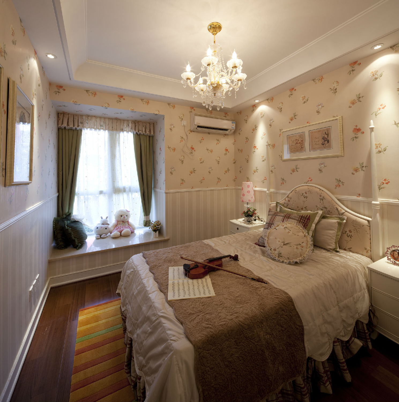 布艺窗帘的颜色搭配影响着整个居室空间的装饰效果,同时窗帘的颜色还跟主人的心情也有关系。那么应该如何根据居室空间来选择窗帘的颜色呢? 布艺窗帘的色系选择,首先根据居室整体色调来采用相同或相近色系,以深浅分出层次,营造出和谐优雅的家居氛围;亦可采用大面积的对比色,尤其是帘上图案的渲染、组合,张扬现代生活,一扫室内郁闷的氛围;或采用差异色系组合,通过布艺产品的搭配形成一种跳跃的韵律感,通过色彩的节奏使房间生机昂然。  窗帘搭配空间之客厅: 搭配建议:客厅可以选择双层布帘加纱帘。既可以降低室内光线的强度,又能增加